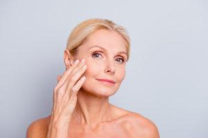 O que leva a flacidez facial e como tratá-la?