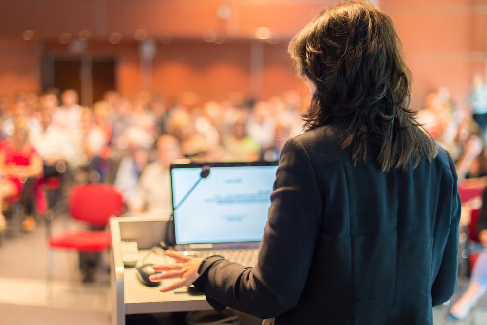 Mulher ministra uma palestra empresarial em empresa