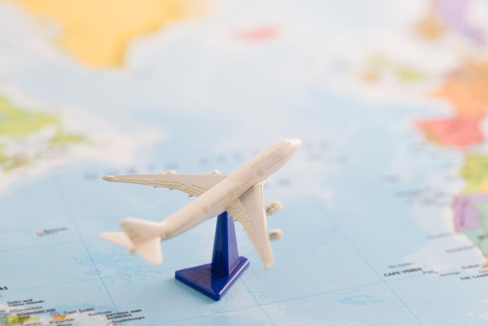 Avião em miniatura em cima de mapa mundi
