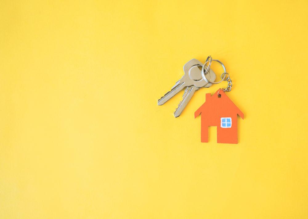 Chave com chaveiro em formato de casa
